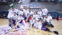 Selebrasi CLS Knights Indonesia setelah menjuarai ASEAN Basketball League 2018-2019 dengan mengalahkan Singapore Slingers pada gim kelima final, di OCBC Arena, Singapura, Rabu (15/5/2019). (Media CLS)