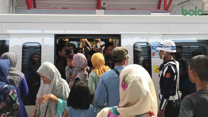 Para penumpang bersiap menaiki kereta di Stasiun LRT Palembang, Sumatra Selatan, Minggu (5/7/2018). LRT ini akan menjadi salah satu solusi transportasi saat Asian Games mendatang. (Bola.com/Reza Bachtiar)