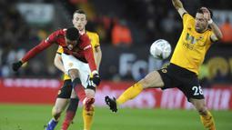 Penyerang Manchester United, Marcus Rashford, melepaskan tendang saat melawan Wolverhampton Wanderers pada laga Piala FA 2019 di Stadion Molineux, Sabtu (16/3). Wolverhampton menang 2-1 atas Manchester United. (AP/Rui Vieira)
