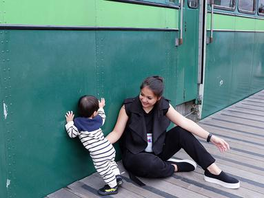 Dengan alasan kasihan keluarganya menunggu, Putri Titian menolak ketika diajak foto oleh penggemarnya saat liburan. Kejadian itu diceritakan ibu satu anak itu dalam instagram storynya pada Selasa (12/6). (Instagram/putrititian)