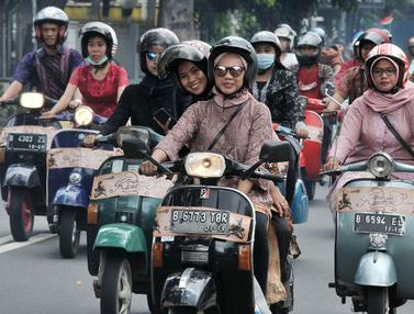 Hari Kartini, Pengendara Vespa Wanita Berkebaya Keliling Jakarta