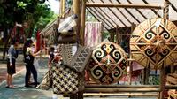 Sejumlah tas dan penutup kepala hasil kerajinan tangan dipamerkan dalam Festival Panen Raya Nusantara di Taman Menteng, Jakarta, Jumat (13/10). Festival tersebut menampilkan berbagai macam produk nusantara. (Liputan6.com/Angga Yunair)