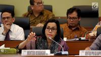 Menteri Keuangan Sri Mulyani  memberi paparan dalam rapat kerja dengan Badan Anggaran (Banggar) DPR di Gedung Nusantara II DPR, Kamis (31/5). Rapat terkait penyampaian kerangka ekonomi makro dan pokok kebijakan dalam RAPBN 2019. (Liputan6.com/Johan Tallo)