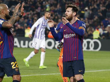 Gelandang Barcelona, Lionel Messi, merayakan gol yang dicetaknya ke gawang Valladolid pada laga La Liga di Stadion Camp Nou, Barcelona, Sabtu (16/2). Barcelona menang 1-0 atas Valladolid. (AFP/Pau Barrena)