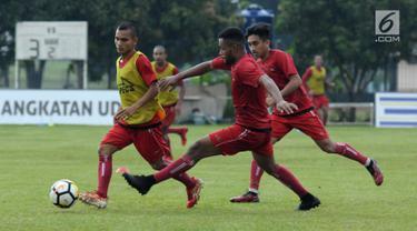 Pemain Persija, Riko Simanjuntak (kiri) berebut bola saat latihan di Lapangan Sutasoma, Halim Perdanakusuma, Jakarta, Selasa (20/3). Latihan ini persiapan menghadapi Bhayangkara FC di laga pembuka Liga 1 Indonesia 2018. (Liputan6.com/Helmi Fithriansyah)