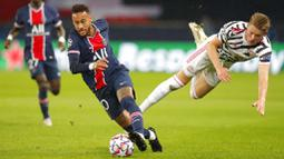 Penyerang PSG, Neymar, berebut bola dengan pemain  Manchester United, Scott McTominay, pada laga Liga Champions di Stadion Parc des Princes, Rabu (21/20/2020). MU menang dengan skor 2-1. (AP/Michel Euler)