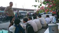 Pelajar yang diperkirakan berjumlah puluhan melakukan penyerangan kepada petugas kepolisian yang sedang berjaga di depan Gedung DPRD Medan.