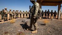 Tentara Rusia menjelaskan berbagai jenis ranjau kepada pasukan elite Suriah selama latihan militer di sebuah pangkalan militer di Yafour, Suriah, Selasa (24/9/2019). Pasukan elite Suriah dilatih menembak dari senapan mesin dan sistem pertahanan udara. (AP Photo/Alexander Zemlianichenko)