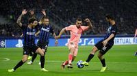 Bek Barcelona, Jordi Alba berusaha melewati para pemain Inter Milan saat bertanding pada grup B Liga Champions di Giuseppe Meazza, Italia (6/11). Inter imbang dengan Barcelona 1-1. (AP Photo/Luca Bruno)