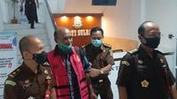 Murnianto tersangka kasus dugaan korupsi pengadaan satu juta bibit kopi saat digiring Kejati Sulbar (Foto: Liputan6.com/ Abdul Rajab Umar)