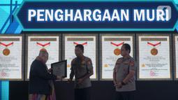 Kapolri Jenderal Pol Idham Aziz (tengah) menerima penghargaan dari Museum Rekor-Dunia Indonesia (MURI) dari pendiri MURI, Jaya Suprana saat Launching ETLE Development Program di Polda Metro Jaya, Jakarta, Kamis (5/12/2019). (merdeka.com/Imam Buhori)