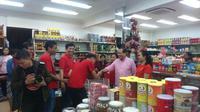 Mantan Menteri Koordinator Bidang Kemaritiman Rizal Ramli mengunjungi kawasan Glodok, Jakarta, Kamis (15/2/2018). (Maul/Liputan6.com)