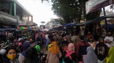 Warga Bogor memadati Pasar Anyar untuk membeli kebutuhan lebaran