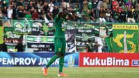 Ekspresi gelandang Persebaya, Makan Konate, setelah gagal penalti saat melawan Bhayangkara FC di Piala Gubernur Jatim 2020 (12/2/2020). (Bola.com/Aditya Wany)