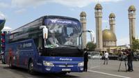 Para pemain Mesir langsung naik bus saat tiba di Bandara Grozny, Chechnya, Minggu (10/6/2018). Pada Piala Dunia 2018, Mesir tergabung di Grup A bersama Rusia, Uruguay dan Arab Saudi. (AP/Musa Sadulayev)
