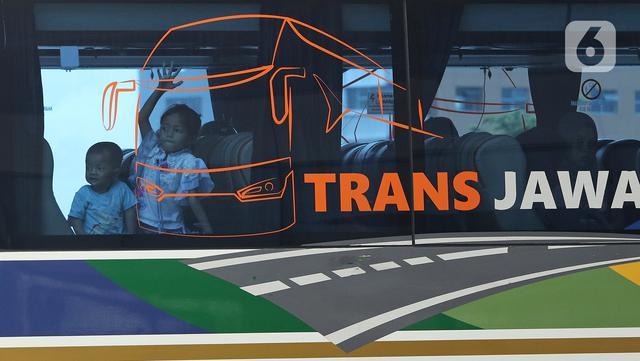 Anak-aban berada dalam bus saat menunggu pemberangkatan di Terminal Terpadu Pulo Gebang, Jakarta, Kamis (11/2/2021). Berdasarkan data Dishub hingga pukul 14.00 WIB, Terminal Terpadu Pulo Gebang telah memberangkatkan 466 pemudik menuju luar Jakarta. (Liputan6.com/Herman Zakharia)