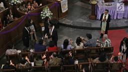 Ratusan umat Kristiani menyalakan lilin pada Misa Natal di Gereja Protestan Indonesia Barat (GPIB) Immanuel, Gambir, Jakarta, Minggu (24/12). Misa Natal 2017 mengusung tema Damai Sejahtera. (Liputan6.com/Herman Zakharia)