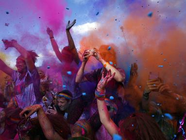 Para peserta Sydney Color Run melemparkan pewarna ke udara saat berlangsungnya lomba lari sejauh lima kilometer, Australia, (24/8/2014). (REUTERS/Jason Reed)