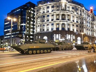 Kendaraan militer Rusia bersiap untuk meluncur di sepanjang Jalan Tverskaya menuju Lapangan Merah saat latihan parade militer Hari Kemenangan di Moskow, Rusia, Kamis (29/4/2021). Pawai akan berlangsung di Lapangan Merah Moskow pada 9 Mei. (AP Photo/Alexander Zemlianichenko)