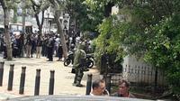 Tim Gegana Polri tengah mengevakuasi benda mencurigakan di Mapolda Metro Jaya, Jakarta, Rabu (18/10/2017). (Liputan6.com/Nafiysul Qodar)