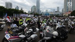Anggota polisi dengan motor gede bersiap mengikuti kegiatan Millennial Road Safety Festival di Jalan Sudirman, Jakarta, Sabtu (16/3). Ribuan komunitas motor touring bersama sebagai puncak Millennial Road Safety Festival. (merdeka.com/Imam Buhori)