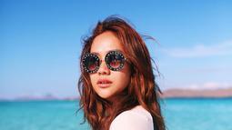 Bunga Citra Lestari tetap memesona meski terlihat eksotis dengan kulit terpapar sinar matahari. Ya, begitulah gaya liburan BCL saat berada di Labuan Bajo. Meski terlihat eksotis, pesona BCL tetap terpancarkan. (Liputan6.com/IG/@bclsinclair)