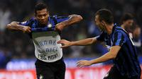Inter Milan's Fredy Guarin (L) celebrates a scoring by teammate Ivan Perisic (R) during the Italian Serie A soccer match against AC Milan at the San Siro stadium in Milan, Italy, September 13, 2015. REUTERS/Giorgio Perottino