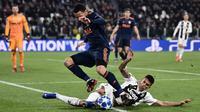 Bek Juventus, Joao Cancelo, menekel gelandang Valencia, Francis Coquelin, pada laga Liga Champions di Stadion Allianz, Turin, Selasa (27/11). Juventus menang 1-0 atas Valencia. (AFP/Marco Bertorello)