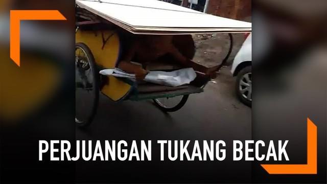 Seorang tukang becak menjadi perhatian pengguna jalan ketika mengangkut triplek. Sekilas, becaknya seperti sedang berjalan sendiri. Tapi ternyata tidak. Ia mengayuh becaknya sambil tengkurap.