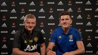 Harry Maguire menandatangani kontrak bersama Manchester United (MU) didampingi manajer Ole Gunnar Solskjaer. (Twitter)