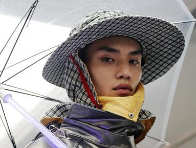 Seorang model mengenakan rancangan desainer Raf Simons dalam acara Men's Fashion Week di New York, Selasa (11/7). Raf Simons mengusung tema 'spring' untuk Men's Fashion Week kali ini. (AP/Frank Franklin)