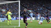 Alexandre Lacazette merayakan golnya ke gawang Huddersfield Town. (AFP/Oli Scarff)