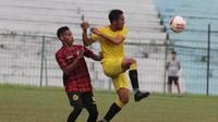 Duel pemain Semen Padang dan Badak Lampung FC dalam laga uji coba yang berakhir imbang 1-1 di stadion Mini Cibinong, Bogor, Rabu (26/2/2020). (Bola.com/Arya Sikumbang)