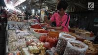 Seorang pedagang memasukan bumbu masak di Pasar Kebayoran Lama, Jakarta, Kamis (3/1). Pencapaian ini lebih rendah dibandingkan tahun 2017 yang sebesar 3,61%. (Liputan6.com/Herman Zakharia)