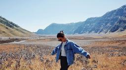 Keindahan Gunung Bromo memang tidak perlu diragukan lagi. Dari menikmati sunrise di puncak gunung, berkunjung ke Pasir Berbisik dan Padang Savana tak dilewatkan oleh pemain Finny di sinetron Anak Langit ini. (Liputan6.com/IG/@angelagilsha)