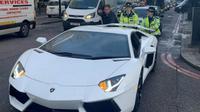 Polwan bantu dorong Lamborghini yang mogok. (Foto: Metro.co.uk)