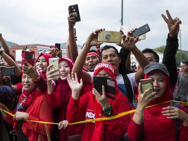 Suporter menyambut kedatangan Timnas Indonesia di Stadion MPS, Selangor, Selasa (22/8/2017). Indonesia akan menghadapi Vietnam pada  laga keempat Grup B SEA Games 2017. (Bola.com/Vitalis Yogi Trisna)