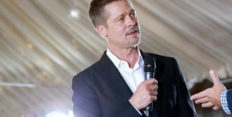 Brad Pitt memang sudah menang soal tuduhan terhadap kekerasan anak, namun saat ini ia masih terus berusaha untuk move on dari Angelina Jolie. Mencari wanita lain untuk dicintai, sama sekali belum muncul di benaknya. (AFP/Bintang.com)