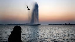 Seorang wanita menyaksikan Air Mancur Raja Fahd di Jeddah, Arab Saudi, Jumat (18/10/2019). Air mancur tersebut dibuat atas perintah Raja Fahd dan disumbangkan ke Kota Jeddah. (AP Photo/Amr Nabil)