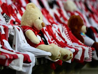 Teddy bears duduk di antara kaus pendukung sebelum pertandingan antara FC Cologne vs RB Leipzig pada lanjutan Bundesliga divisi satu Jerman di Cologne (1/6/2020). Pertandingan yang digelar tanpa penontona akibat pandemi Covid-19 ben ini dimenangkan RB Leipzig dengan skor 4-2. (AFP/Ina Fassbender)