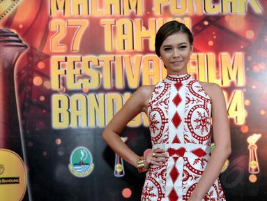 Artis Yuki Kato dalam ajang Malam Puncak 27 Tahun Festival Film Bandung 2014, (13/9/14). (Liputan6.com/Panji Diksana)