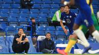 Pelatih Chelsea, Frank Lampard menyaksikan pemainnya bertanding melawan Norwich City pada pertandingan lanjutan Liga Inggris di Stamford Bridge, London, Inggris (14/7/2020). Chelsea menang tipis 1-0 atas Norwich. (AP Photo/Adam Davy,Pool)