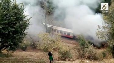 Seluruh penumpang langsung dievakuasi setelah kereta api di Himchal Pradesh, India, terbakar.