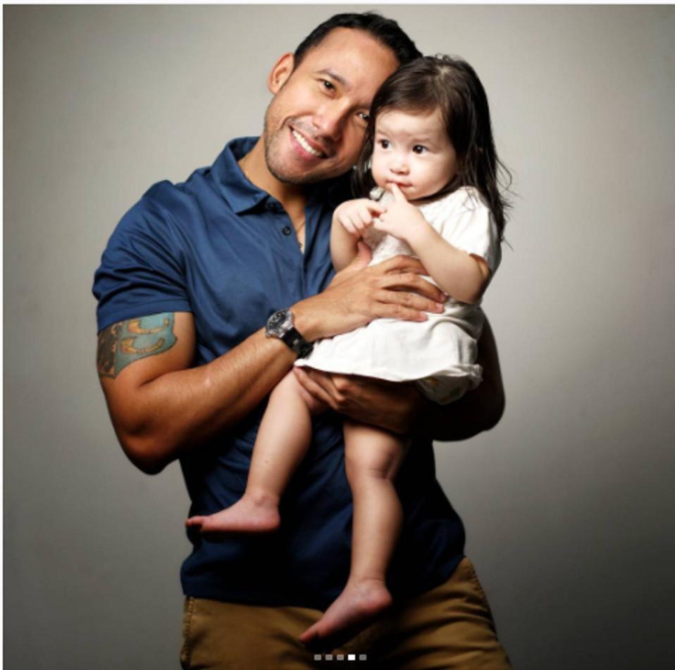 Maruli Tampubolon saat menggendong anaknya. (Instagram/marulitampubolon777)
