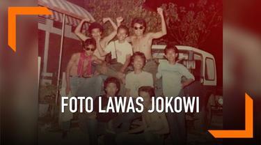 Beredar foto lawas Jokowi bersama para sahabat. Warganet menebak-nebak mana sosok Jokowi di foto tersebut.