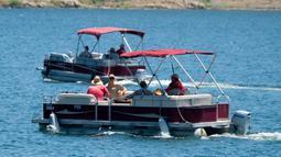 Anggota sheriff Ventura County terlihat di atas kapal di Danau Piru, California, Senin (13/7/2020). Kepolisian wilayah Ventura pada Senin (13/7) pagi mengumumkan telah mengangkat jasad  Naya Rivera dari Danau Piru.  (AP/Ringo H.W. Chiu)