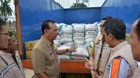 100 ton beras murah diobral ke sejumlah pasar bersama komoditi minyak dan gula di Jambi. (Liputan6.com/B Santoso)