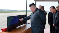 Pemimpin Korea Utara, Kim Jong-Un mengawasi langsung uji coba peluncuran rudal balistik Hwasong-12 di lokasi yang tak diketahui pada foto yang dirilis Sabtu (16/9). Kim Jong-Un bersumpah akan menyempurnakan kekuatan nuklir negaranya. (KCNA/KNS via AP)