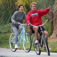 Hubungan Justin Bieber dan Selena Gomez sendiri kini pun tak begitu baik. Mereka dikabarkan berpisah untuk sementara. (USMagazine)