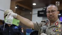 Kepala Divisi Humas Mabes Polri Inspektur Jenderal Pol Setyo Wasisto (tengah) menunjukan barang bukti yang berhasil diamankan  saat gelar rilis Pengungkapan Kasus Teroris dan Gelar BB di Divhumas Polri, Jakarta, Kamis (22/6). (Liputan6.com/Faizal Fanani)